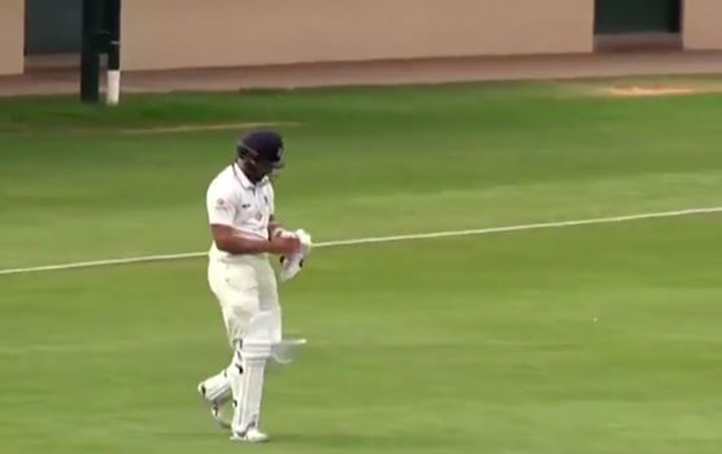 Aussie Cricketer Fawad Ahmed Forgot his Bat While Going to Bat! Watch this funniest moment in Cricket!