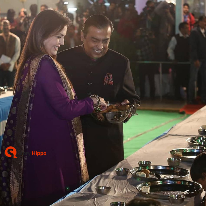mukesh ambani and neeta ambani feeding poor at isha wedding